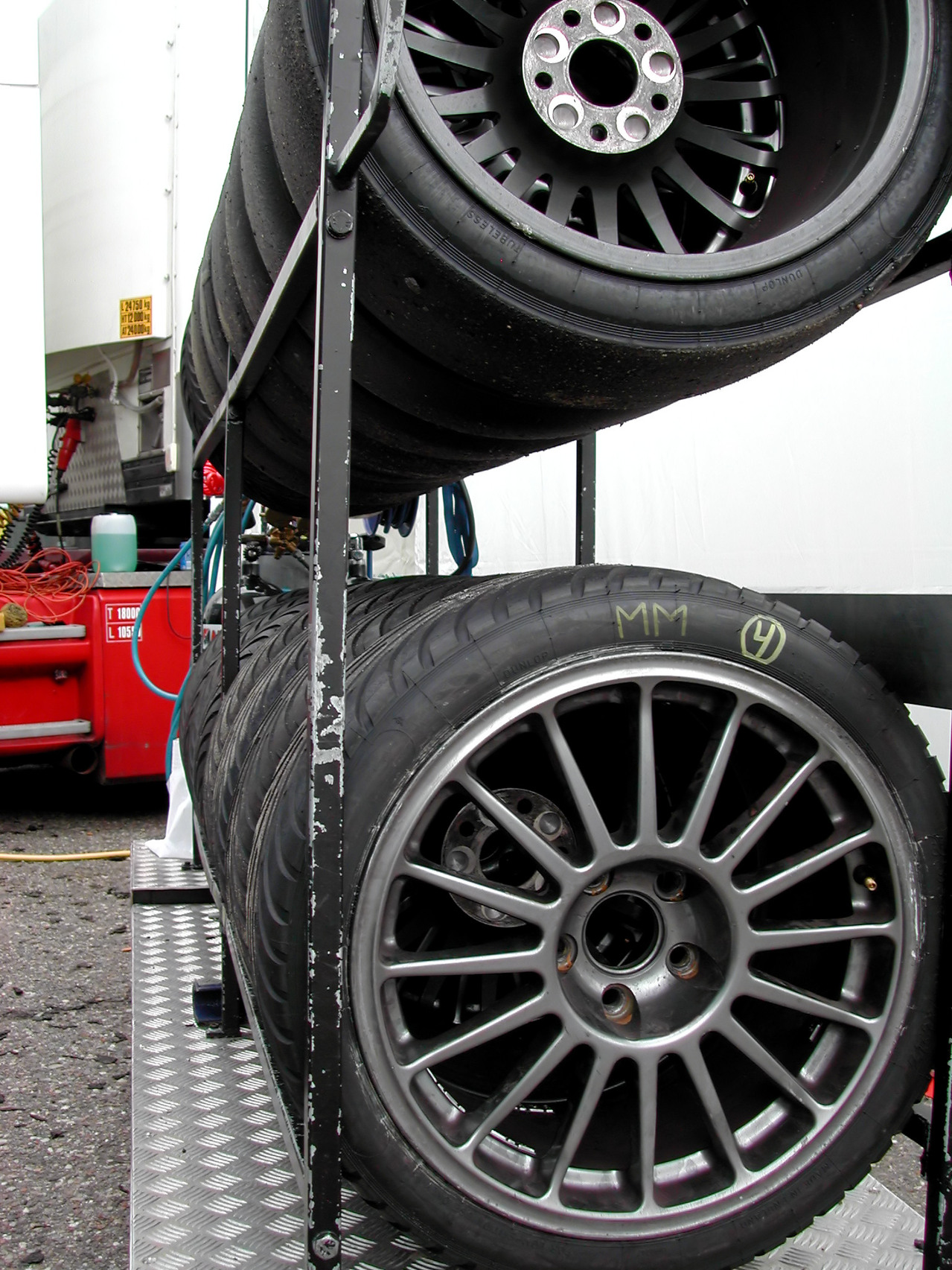 Tubeless Tyres and Tube Tyres